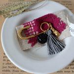 作家:yohaku 品名:brooch 「サーカス団の忘れもの- black-」 サイズ:長さ約4.5cm 価格:3,024円(税込) 送料:一律500円(クロネコヤマトコンパクト利用) 素材:真鍮金具、ヴィンテージビーズ、真鍮、タッセル