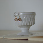 作家:yohaku 品名: 「夜明けに咲く花」 pierce ( one of a kind )  サイズ:約1.3cm  価格:5,400円(税込)  送料:610円〜(ゆうパック60サイズ、料金は地域別)  素材:14kGFピアスフック(金属アレルギーの方はご注意)、チェコガラスビーズ、ヴェルメイユピン