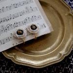作家:yohaku 品名:earring「daisy」(ピアス変更不可) サイズ:モチーフ直径約1.7cm  価格:5,940円(税込) 送料:一律500円(クロネコヤマトコンパクト利用) 素材:イヤリング金具(真鍮ゴールドメッキ→金属アレルギーの方ご注意)、ヴィンテージガラスビーズ