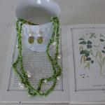 作家:yohaku 品名:「実をつけた木蔦のトンネルを抜けて」 pierce & long necklace ( one of a kind ) サイズ:p/約2.5cm n/約98cm  価格:p/4,320円(税込) n/12,960円(税込)別売可 送料:610円〜(ゆうパック) 素材:p/14kGFピアスフック(金属アレルギーの方はご注意)、コットンパール、チェコガラスビーズ n/真鍮フック金具、ヴェネチアンシードビーズ、シルクコード、コットンパール、淡水パール、シルクコード