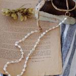 作家:yohaku 品名:necklace「harmony -brown/pearl-」 サイズ:長さ約83cm 価格:9,720円(税込) 送料:一律500円(クロネコヤマトコンパクト利用) 素材:14kGF金具、シルクリボン、ガラスシードビーズ、淡水パール