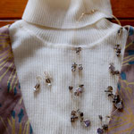 作家:yohaku 品名:necklace「呼吸のような音楽」 サイズ:長さ約47cm 価格:9,720円(税込) 送料:一律500円(クロネコヤマトコンパクト利用) 素材:14kGF金具、ナイロンコートワイヤー、スモーキークォーツ、淡水パール、チェコガラスビーズ(*写真に写っているピアスは別売りです)