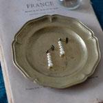 作家:yohaku 品名:pierce「羊、あるいは白へのオマージュ -glass pearl  I -」(イヤリング変更可) サイズ:長さ約2.3cm 価格:4,104円(税込) 送料:一律500円(クロネコヤマトコンパクト利用) 素材:ピアス金具(真鍮(アンティーク加工)→金属アレルギーの方ご注意)、ヴェネチアンガラスパール