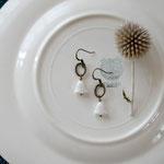 作家:yohaku 品名:pierce「彼女の好きな花」(イヤリング変更可) サイズ:モチーフ長さ2.5cm 価格:4,320円(税込) 送料:一律500円(クロネコヤマトコンパクト利用) 素材:真鍮(アンティーク加工)金具(金属アレルギーの方ご注意)、真鍮ビーズ、チェコガラスビーズ