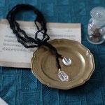 作家:yohaku 品名:necklace「光と影の戯れ」サイズ:長さ約108cm 価格:9,180円(税込) 送料:一律500円(クロネコヤマトコンパクト利用) 素材:フランス製ブレード、クリスタル、真鍮(ゴールドメッキ)、14kGF