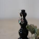 作家:yohaku 品名:pierce「うたたね」(イヤリング変更可、ただし、素材違い(真鍮にゴールドメッキ)になります。) サイズ:長さ約2.7cm 価格:4,320円(税込) 送料:610円〜(ゆうパック60サイズ、地域により価格が異なります。) 素材:ピアス金具(14KGF→金属アレルギーの方ご注意)、チェコガラスビーズ、グリーンアメジスト、淡水パール