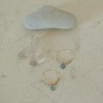 作家:yohaku 品名:「雨粒のささやき」 hoop pierce *イヤリング変更不可 サイズ:フープ直径約2.5cm 価格:5,940円(税込) 送料:610円〜(ゆうパック60サイズ、料金は地域別)  素材:14kGFフープピアス(金属アレルギーの方はご注意)、アーティスティックワイヤー、淡水パール、フローライト