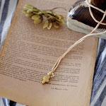 作家:yohaku 品名:ribbon necklace「ささやかな祈り」 サイズ:長さ約100cm(自分で結ぶ仕様) 価格:7,560円(税込) 送料:一律500円(クロネコヤマトコンパクト利用) 素材:14kGF金具、シルクリボン、淡水パール