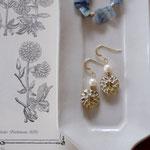 作家:yohaku 品名:pierce「dahlia - beige/white pearl -」(イヤリング変更可、ただし、デザイン・素材違い(真鍮にゴールドメッキ)になります。) サイズ:モチーフ約2.2cm 価格:4,860円(税込) 送料:一律500円(クロネコヤマトコンパクト利用) 素材:14kGF金具、淡水パール、真鍮、チェコガラスビーズ