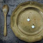 作家:yohaku 品名:pierce「しまわれたままの砂糖菓子」(イヤリング変更可、ただし、素材違い(真鍮にゴールドメッキ)になります。) サイズ:長さ約1.1cm 価格:4,860円(税込) 送料:一律500円(クロネコヤマトコンパクト利用) 素材:ピアス金具(14KGF→金属アレルギーの方ご注意)、ホワイトアゲート、ヴェルメイユ、ツリーアゲート