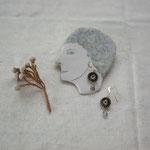 作家:yohaku 品名:pierce「纏い」(イヤリング変更可、ただし、素材違い(真鍮にゴールドメッキ)になります。) サイズ:長さ約2.4cm 価格:6,480円(税込) 送料:610円〜(ゆうパック60サイズ、地域により価格が異なります。) 素材:ピアス金具(14KGF→金属アレルギーの方ご注意)、真鍮ワイヤー、チェコガラスビーズ、エレスチャルクォーツ