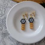 作家:yohaku 品名:earring「花々のマーチ-black/bage-」(ピアス変更可、ただし、デザイン・素材違い(14kgf)になります。) サイズ:モチーフ約2.9cm 価格:4,860円(税込) 送料:一律500円(クロネコヤマトコンパクト利用) 素材:真鍮ゴールドメッキ金具、チェコガラスビーズ、シェル