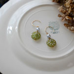 作家:yohaku 品名:pierce「dahlia - green/grey pearl -」(イヤリング変更可、ただし、デザイン・素材違い(真鍮にゴールドメッキ)になります。) サイズ:モチーフ約2.2cm 価格:4,860円(税込) 送料:一律500円(クロネコヤマトコンパクト利用) 素材:14kGF金具、アコヤパール、真鍮、チェコガラスビーズ