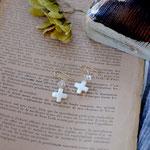 作家:yohaku 品名:pierce「白く大らかな景色 -crystal-」(イヤリング変更可、ただし、デザイン・素材違い(真鍮にゴールドメッキ)になります。) サイズ:モチーフ約1.8cm 価格:4,860円(税込) 送料:一律500円(クロネコヤマトコンパクト利用) 素材:14kGF金具、ダブルポイントクリスタル、真鍮、シェル