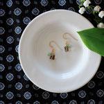 作家:yohaku 品名:pierce「rendez‐vous  -smoky quartz/blue opal」(イヤリング変更可、ただし、デザイン・素材違い(真鍮にゴールドメッキ)になります。) サイズ:モチーフ長さ約1.5cm 価格:5,940円(税込) 送料:一律500円(クロネコヤマトコンパクト利用) 素材:ピアス金具(14KGF→金属アレルギーの方ご注意)、ヴェルメイユリング・ピン、スモーキークォーツ、ブルーオパール