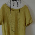 作家:yohaku 品名:「風の戯れ」long necklace サイズ:約108cm(首の後ろでリボン結びにした状態。結び方で長さは調整可能。) 価格:17,280円(税込) 送料:610円〜(ゆうパック60サイズ、料金は地域別) 素材:シルクリボン、ヴェルメイユリング、シルクコード、14kGFパーツ、ヴェネチアンシードビーズ、アフリカンオパール、アメジスト