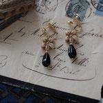 作家:yohaku 品名:earring「一輪挿しのある風景」(ピアス変更可、ただし、デザイン・素材違い(14kGF)になります。) サイズ:モチーフ約3cm 価格:4,860円(税込) 送料:一律500円(クロネコヤマトコンパクト利用) 素材:真鍮金具、チェコガラスビーズ、真鍮、オニキス