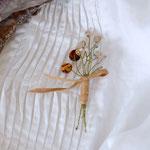 作家:yohaku 品名:brooch「季節の花摘みブローチ -crystal+amber-」 サイズ:長さ約8~8.5cm 価格:3,780円(税込) 送料:一律500円(クロネコヤマトコンパクト) 素材:金具(真鍮アンティーク加工)、シェル、チェコガラスビーズ、ヴィンテージガラスビーズ、コットンリボン、造花用ワイヤー