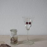 作家:yohaku 品名:pierce「野に揺れて咲く花 -violete-」(イヤリング変更可、ただし、素材違い(真鍮にゴールドメッキ)になります。) サイズ:長さ約1.1cm 価格:4,860円(税込) 送料:一律500円(クロネコヤマトコンパクト利用) 素材:ピアス金具(14KGF→金属アレルギーの方ご注意)、ヴィンテージガラスビーズ、ヴェルメイユピン