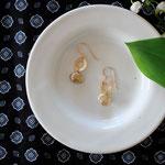 作家:yohaku 品名:pierce「in the sunshine」 サイズ:モチーフ長さ約2cm 価格:5,184円(税込) 送料:一律500円(クロネコヤマトコンパクト利用) 素材:ピアス金具(14KGF→金属アレルギーの方ご注意)、真鍮ゴールドメッキリング、淡水パール