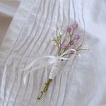 作家:yohaku 品名:brooch「季節の花摘みブローチ -white+lavender-」 サイズ:長さ約8~8.5cm 価格:3,240円(税込) 送料:一律500円(クロネコヤマトコンパクト) 素材:金具(真鍮アンティーク加工)、ウッドビーズ、シェル、コットンリボン、造花用ワイヤー