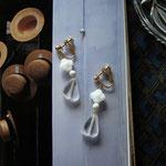 作家:yohaku 品名:earring「少女の耳飾り」(ピアス変更可、ただし、デザイン・素材違い(14kGF)になります。) サイズ:モチーフ約3.2cm 価格:4,860円(税込) 送料:一律500円(クロネコヤマトコンパクト利用) 素材:真鍮ゴールドメッキ金具、チェコガラスビーズ、マグネサイト
