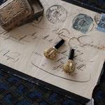 作家:yohaku 品名:pierce「stick & sphere -black/olive-」(イヤリング変更可、ただし、デザイン・素材違い(真鍮にゴールドメッキ)になります。) サイズ:モチーフ約3cm 価格:4,320円(税込) 送料:一律500円(クロネコヤマトコンパクト利用) 素材:14kGF金具、チェコガラスビーズ、真鍮