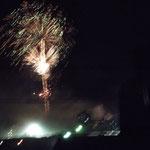 カウントダウンの花火に大歓声