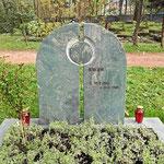 Gedenkstätte nach Kundenwunsch gestaltet in Dorfer Grün satiniert