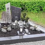 Grabstätte kombiniert aus zwei Materialien