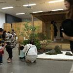 室内では、茶道のお茶のふるまいや華道部の展示など将来活躍しそうな茶道家や華道家も。