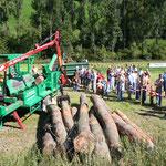 Holz sägen und spalten mit seiner Maschine: Hubert Schröder im Einsatz