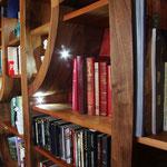 Bibliothèque en noyer massif