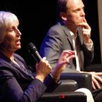 Kultursenatorin Prof. Barbara Kisseler beantwortet Publikumsfragen. Rechts: Till Briegleb, Süddeutsche Zeitung. Foto: Günther von der Kammer