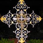 Eisernes Grabkreuz bei Nacht auf dem Friedhof Breitenwang.
