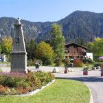 Hotel Forelle und Denkmal für den bayerischen König Maximilian 2