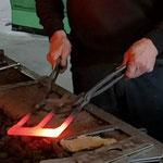 Sneeboer schmiedet den FieldShef, einen Lehm-Spaten aus Edelstahl