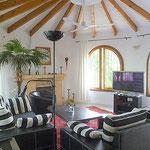 Wohnzimmer mit Flachbild-TV u. Klimaanlage 1.OG