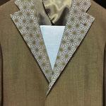 スーツの襟に麻柄プリント 20180824