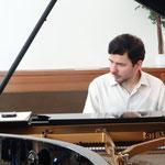 Vasily Gvozdetsky, 2. Vorsitzender, steht auch nach dem Konzert mit Klangproben Interessierten zur Verfügung.