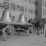 Glockenweihe im Kloster Einsiedeln im Mai 1943: Auf Pferdewagen wurden die Glocken angeliefert. Foto: KAE F3.0/0140.0003