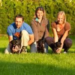 Generationenfoto: Oma Grace, Frau Weiß, Frau Pink, Frau Gelb und Mama Ivy
