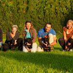 Generationenfoto: Oma Grace, Herr Grün, Herr Rot, Herr Ohne, Herr Blau und Mama Ivy
