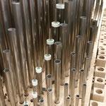 Die als Rohrflöten gebauten Pfeifen des Nasard 3' im Hinterwerk vor dem Zulöten.
