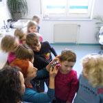 Neben Ayk durften die Kinder sich auch gegenseitig mal in die Ohren schauen - zum Glück waren alle sauber.