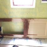 建具屋さんが作ったドアをワックスがけ。