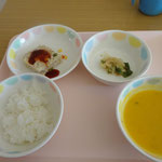 今日の給食は、カボチャのスープ♪ジャックオーランタンに扮した子どもたちはカボチャだ♡と喜んでいました。