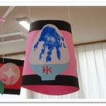 第2湘南まるめろ保育園の遊戯室に飾られた提灯。こちらは手形でかき氷、後ろに見えるのはサインペンのにじみ絵の朝顔です。
