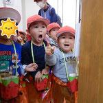 第2湘南まるめろ保育園では1歳児さんと2歳児さんも、園内でウォークインラリーを楽しんでいました。