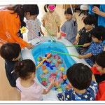 第2湘南まるめろ保育園の2歳児さん、魚釣りを楽しんでいるところです。